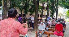 শিক্ষাপ্রতিষ্ঠান না খোলার প্রতিবাদে গাছতলায় ক্লাস নিলেন শিক্ষক